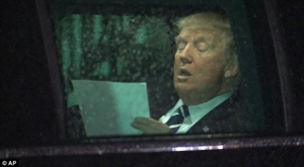 """Hình ảnh ông Trump chăm chú luyện phát biểu """"gây bão"""" trên mạng xã hội"""