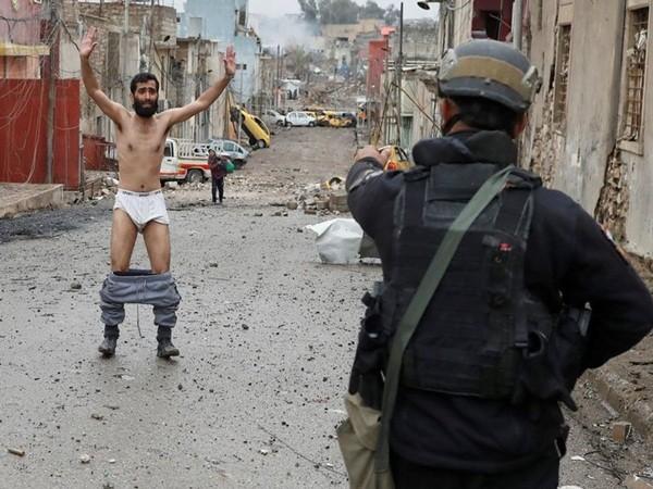 Ánh mắt tuyệt vọng của người đàn ông khi bị lực lượng Iraq ngăn lại