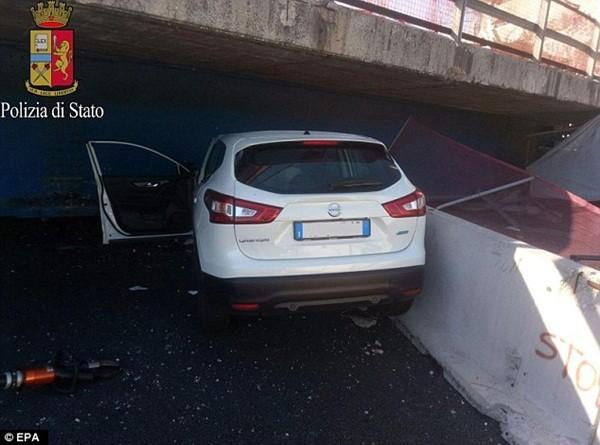 Chiếc xe bị biến dạng phần đầu, hai nạn nhân chết tại chỗ