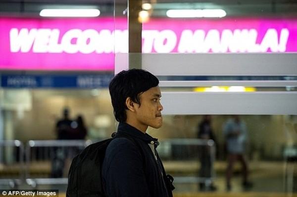 Omongos đáp chuyển bay xuống Manila, trở về nhà