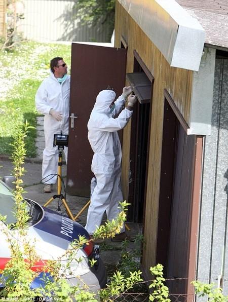 Cảnh sát đến khám xét ngôi nhà năm 2009 và phát hiện một tầng hầm bên dưới ngôi nhà