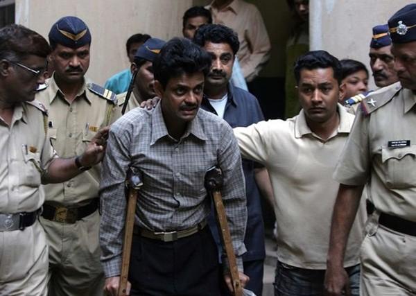 Người đàn ông chống nạng là một trong 11 tội phạm bị kết án trong vụ hãm hiếp Bilkis Bano