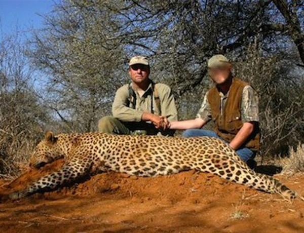 Người đàn ông thường xuyên đi săn động vật hoang dã như hổ, báo, sư tử, cá sấu, voi