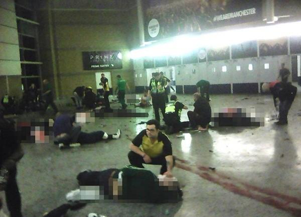 Hình ảnh đau lòng tại hiện trường vụ đánh bom tại sân vận động Manchester, Anh đêm 22-5