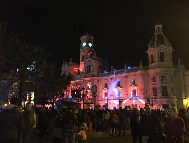Mọi người có mặt ở quảng trường từ rất sớm để đón năm mới.