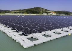 Những tấm pin mặt trời nổi trên mặt nước hồ Nishihira, thành phố Kato, Nhật Bản