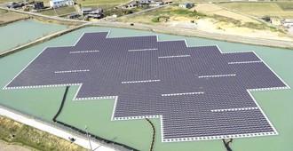 Hình ảnh những tấm pin mặt trời được thiết kế nổi trên mặt nước