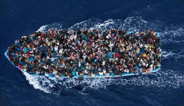 Một chiếc tàu chở người di cư đi qua biển Địa Trung Hải vào ngày 12-2-2015. Ảnh: Reuters