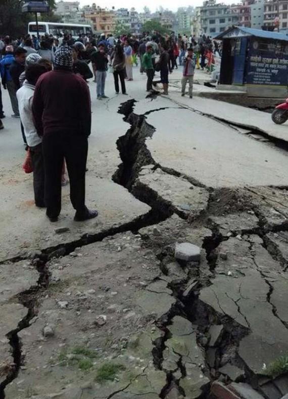 Nhiều tuyến đường nứt lớn sau động đất
