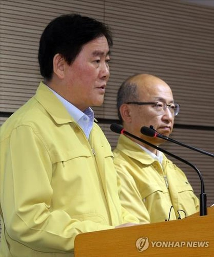 Quyền Thủ tướng Hàn Quốc Choi Kyung-hwan (trái) phát biểu trong một cuộc họp báo xung quanh diễn tiến Hội chứng MERS tại nước này (Ảnh Yonhap)