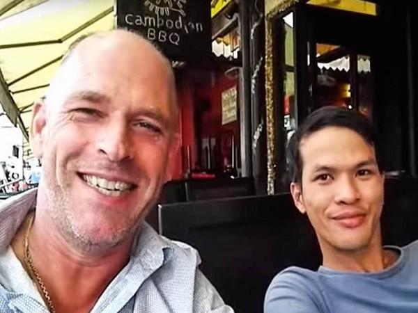 Stefan Struik (trái) và người mà ông ta gọi là bạn trai, Nguyen Dung