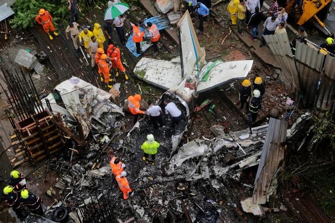 Ấn Độ: Máy bay chở 4 người rơi xuống đất, 5 người thiệt mạng ảnh 1