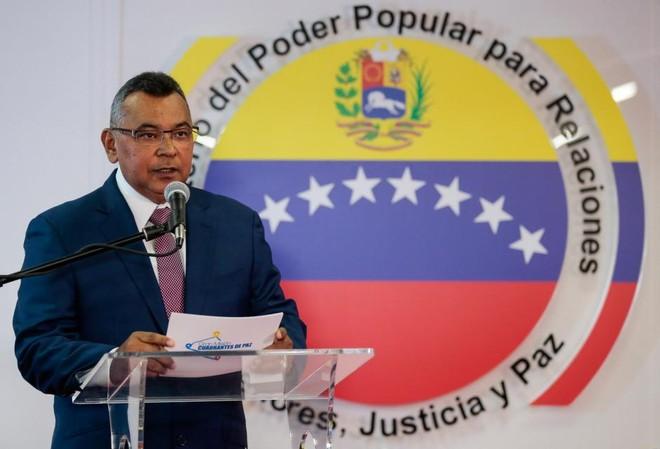 Bộ trưởng Nội vụ và Tư pháp Venezuela Nestor Reverol trong buổi họp báo hôm 5-8 tại thành phố Caracas
