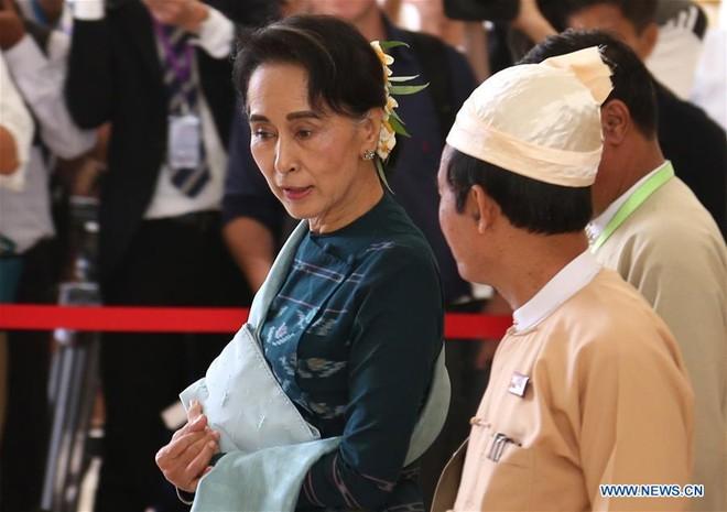 Bà Aung San Suu Kyi nói chuyện với một quan chức sau cuộc họp của Quốc hội liên bang ở Nay Pyi Taw hôm 15-3-2016