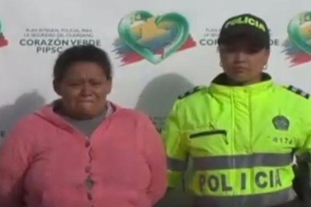 Người mẹ nhẫn tâm (áo hồng) bị bắt vì ép con gái bán dâm