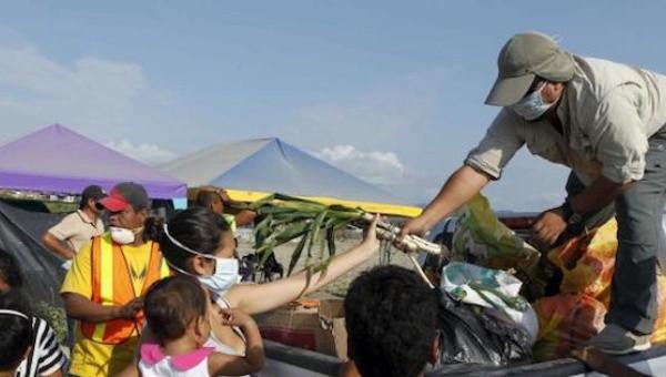 Người dân nhận thực phẩm viện trợ từ những tình nguyện viên ở Pedernales sau động đất
