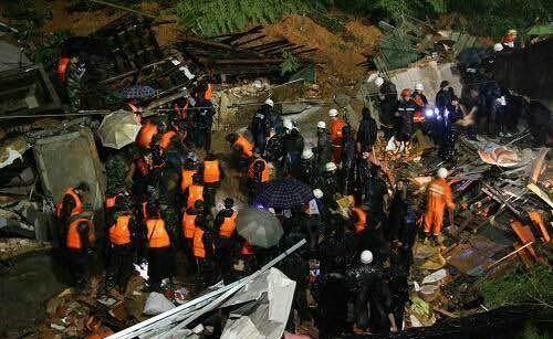 Lực lượng cứu hộ dốc sức cứu các nạn nhân bị chôn vùi