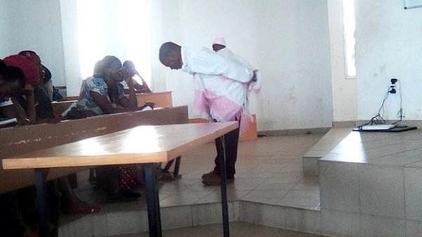 Sinh viên trầm trồ trước khả năng dỗ trẻ của giáo sư Kahi