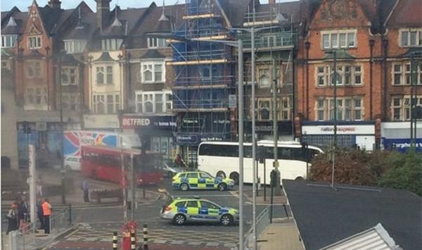 Nhiều xe cảnh sát xuất hiện gần nhà ga Golders Green vào sáng nay