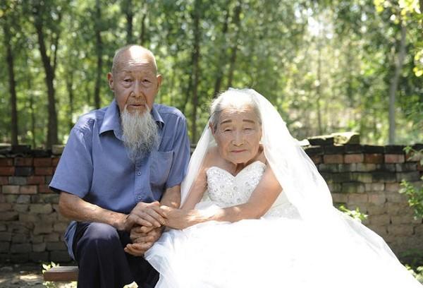 Hai cụ trong ngày kỷ niệm đám cưới kim cương
