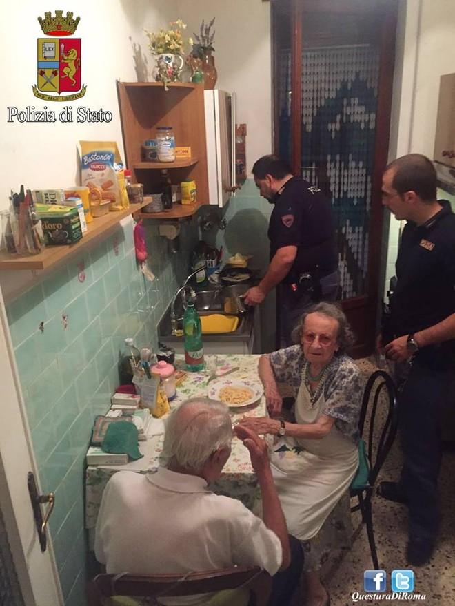 """Cảnh sát Rome nấu mì ống để an ủi 2 """"nạn nhân"""" của sự cô đơn"""