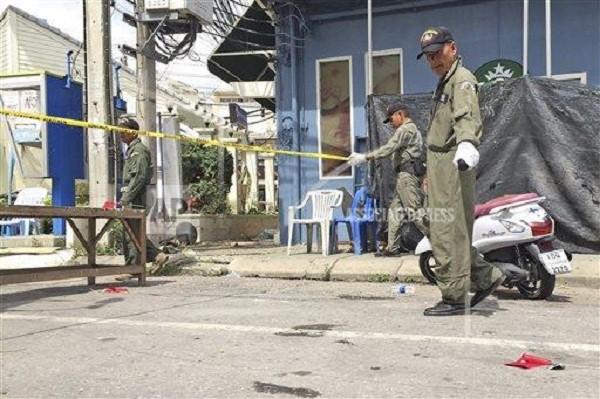 Cảnh sát thu thập chứng cứ tại hiện trường vụ đánh bom ở Hua Hin hôm 12-8