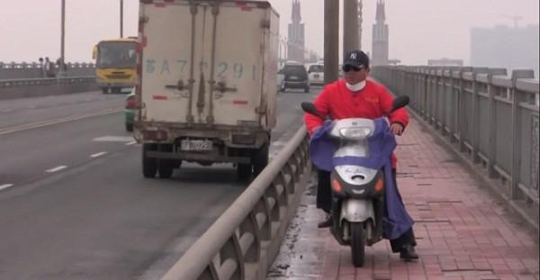 Cứ dịp cuối tuần, ông Trần Tư (áo đỏ) lại vượt 25km để tới cầu Sông Dương Tử khuyên nhủ, giúp đỡ người muốn tự vẫn