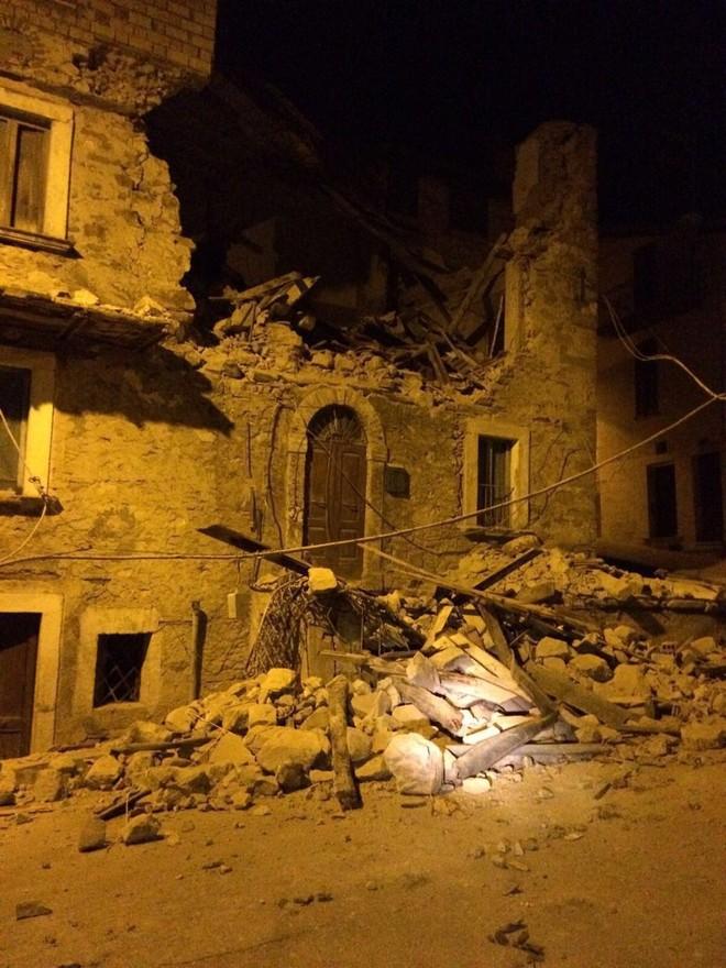 Hình ảnh đổ nát tại thị trấn Amatrice (Ảnh Twitter)