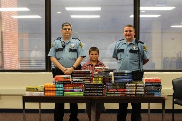 Bé Tyler Fugett và những cuốn sách tặng cho phạm nhân