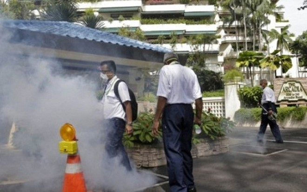 Nhân viên môi trường Singapore phun thuốc phòng ngừa virus Zika lây lan