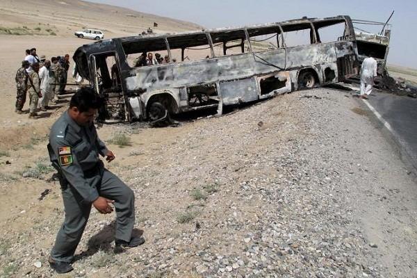 Hiện trường một vụ tai nạn giữa xe buýt và xe chở nhiên liệu ở Afghanistan hồi năm 2013