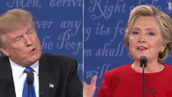Ông Donald Trump và bà Hillary Clinton trong cuộc tranh luận tối 26-9