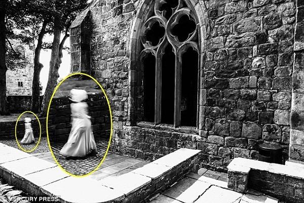Bức ảnh chụp được hồn ma đi dạo trong khuôn viên lâu đài