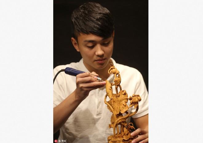 Trung Quốc: Thanh niên trẻ nổi tiếng nhờ tài điêu khắc gỗ