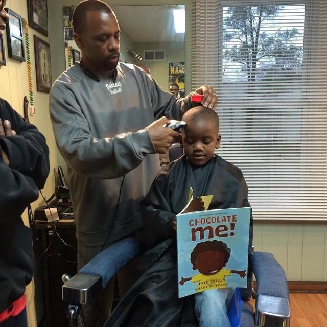 Đọc sách được giảm giá cắt tóc
