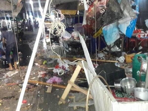 Hiện trường tan hoang sau vụ đánh bom tại một quán ăn ở Pattani hôm 24-10
