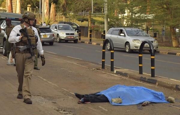 Cảnh sát điều tra hiện trường vụ tấn công bên ngoài đại sứ quán Mỹ ở Nairobi hôm 27-10