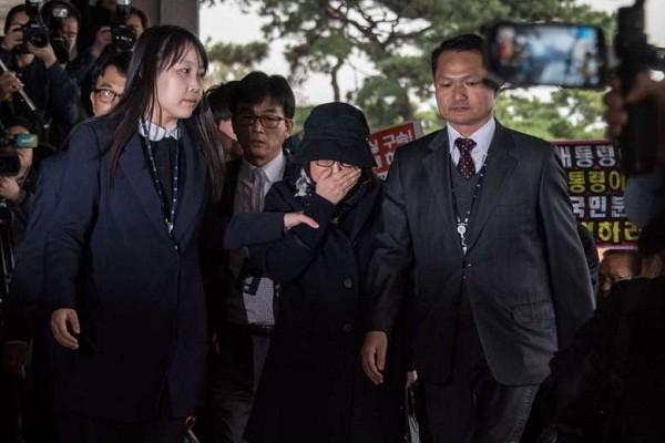 Bà Choi Soon-sil (đứng giữa, đội mũ) là bạn thân lâu năm của Tổng thống Hàn Quốc