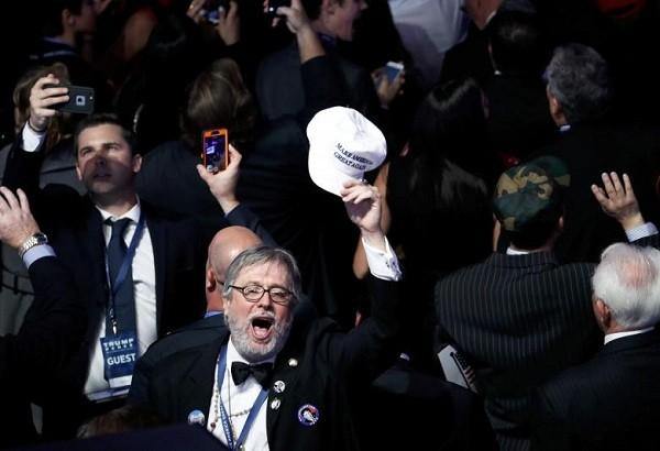 Người ủng hộ ông Trump reo vui khi ông trúng cử