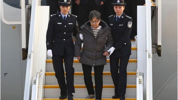 Bà Dương Tú Châu tại sân bay Bắc Kinh
