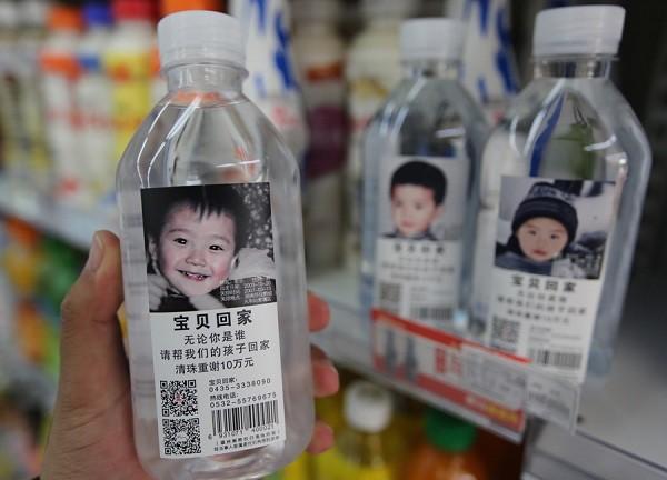 Nước đóng chai dán hình trẻ em bị mất tích