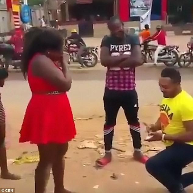 Chàng trai giả chết rồi bật dậy cầu hôn bạn gái