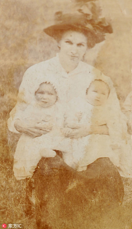 Cụ Crump và Jones khi còn nhỏ chụp ảnh cùng mẹ là Francis Bourne