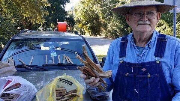 Ông lão 80 tuổi bán củi khiến hàng nghìn người cảm động ảnh 1