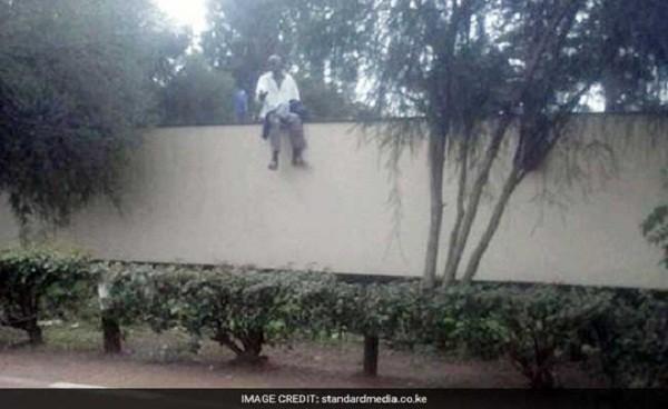 Một bệnh nhân leo tường trốn ra ngoài