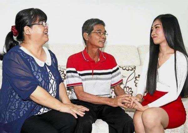 Cô Marie (phải) và thầy giáo Cheong Siew Hua (giữa)