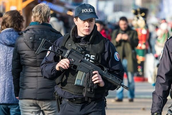 Nhân viên an ninh được tăng cường tại một khu chợ Giáng sinh ở Paris