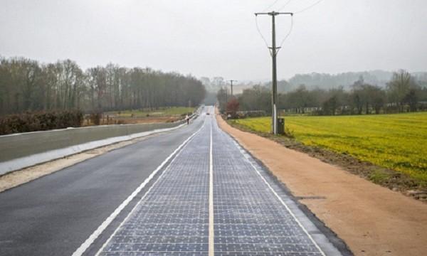 Đoạn đường phủ pin Mặt trời ở vùng Normandy (Pháp)