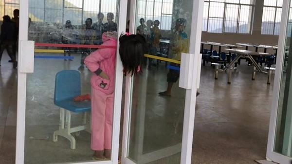 Cô bé bị kẹt đầu giữa 2 cánh cửa kính