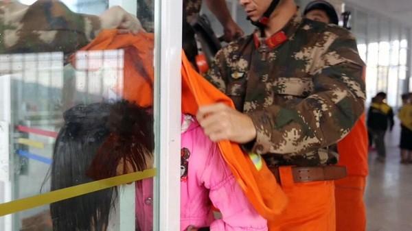 Giải cứu bé gái bị kẹt đầu giữa 2 cửa kính